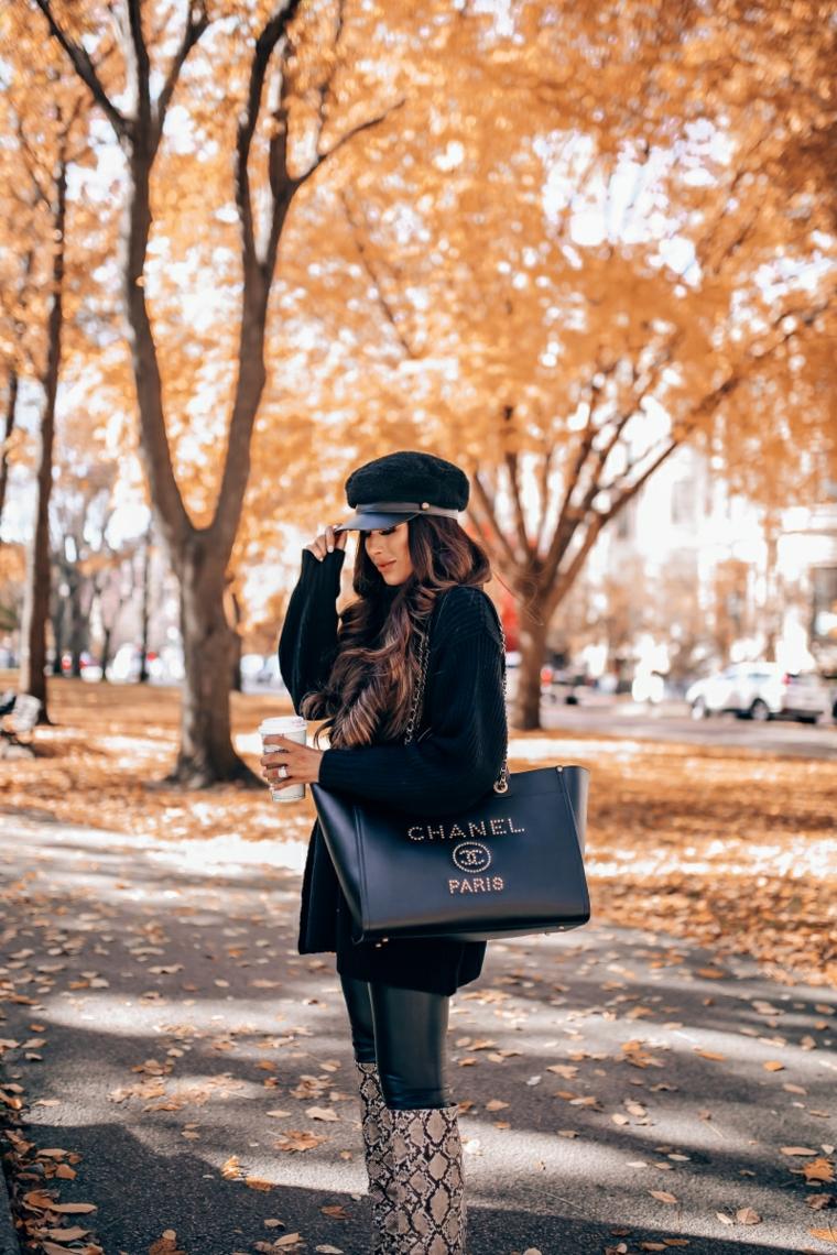 Shopping Bag Chanel, donna che beve il caffè, stivali snakeskin, colori moda inverno 2019