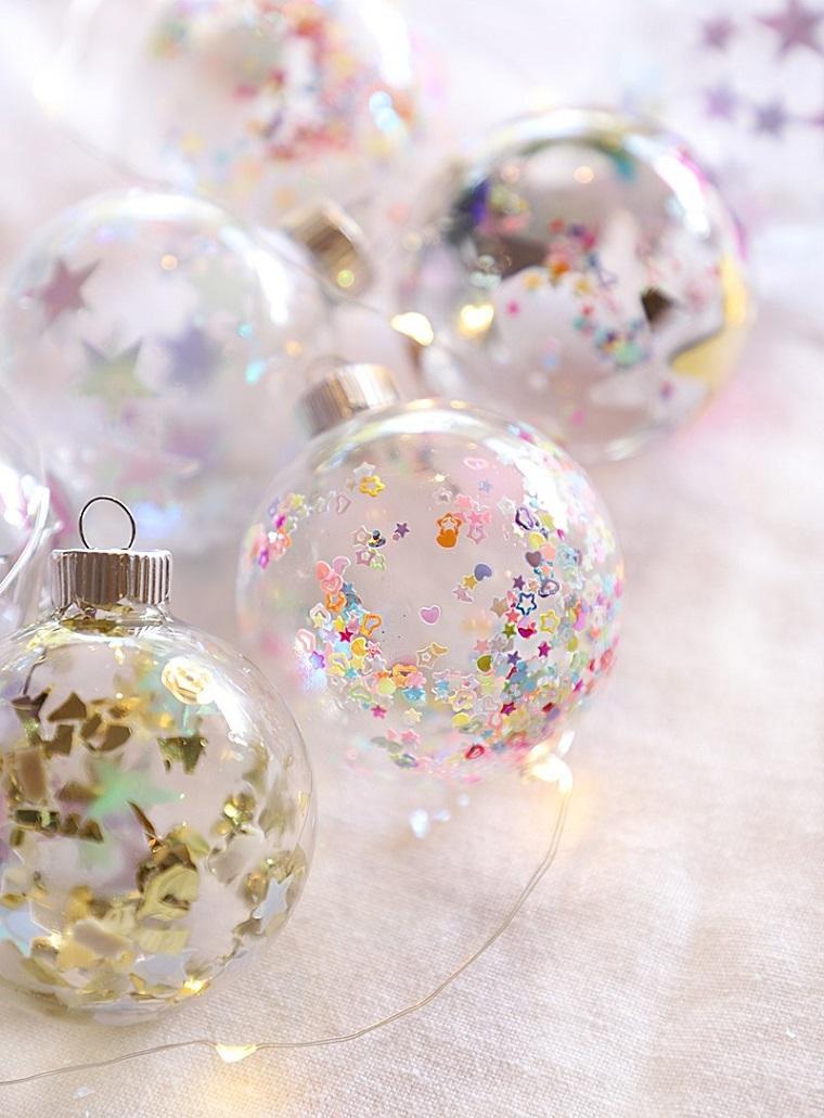 Addobbi natalizi fai da te, palline trasparenti con confetti, confetti a forma di stelle