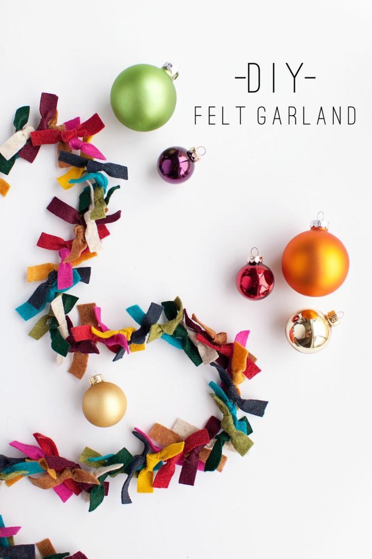 Addobbi natalizi fai da te, ghirlanda con feltro colorato, palline di Natale colorate