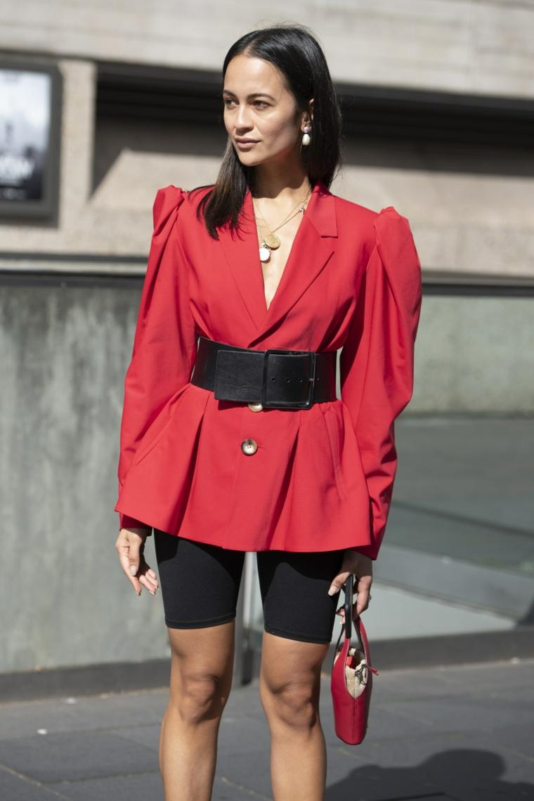 Giacca rossa con cintura, pantaloncini neri da bici, moda autunno inverno 2019
