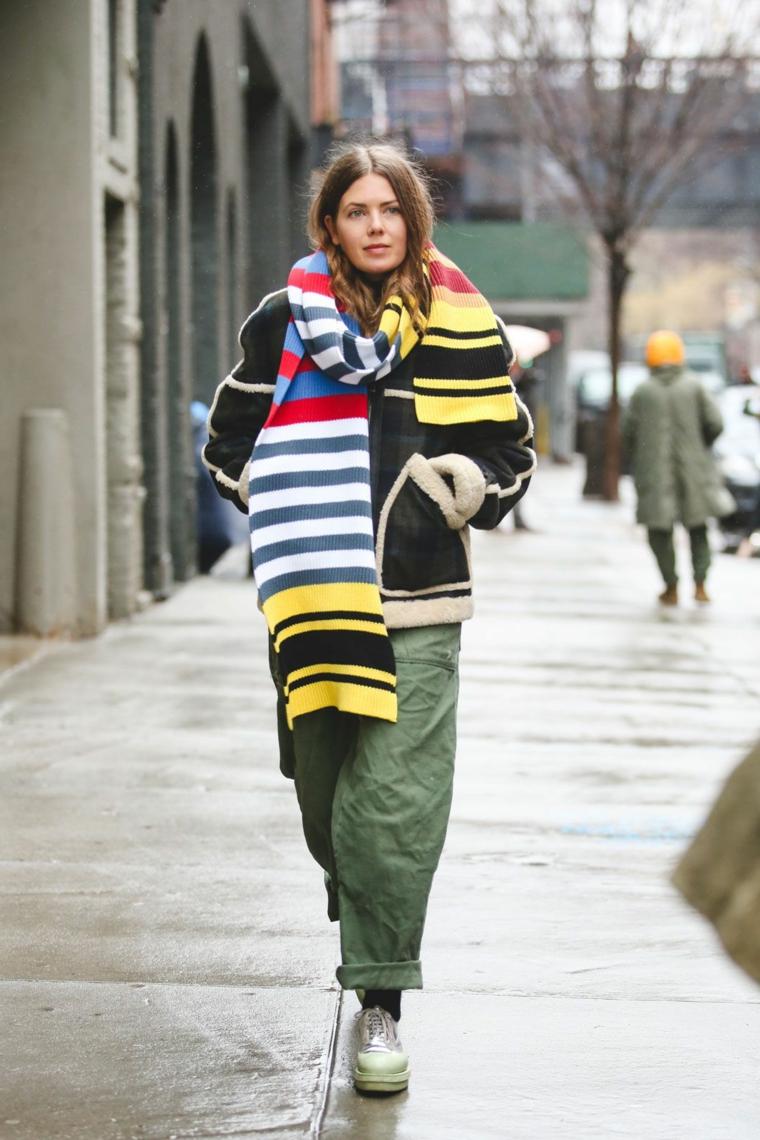 Ragazza che cammina, pantalone cargo verde, sciarpa larga e colorata