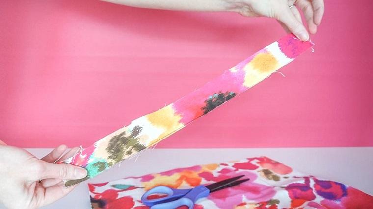 Lavoretti Halloween, strisce di stoffa, tessuto con macchie colorate, mani di una donna