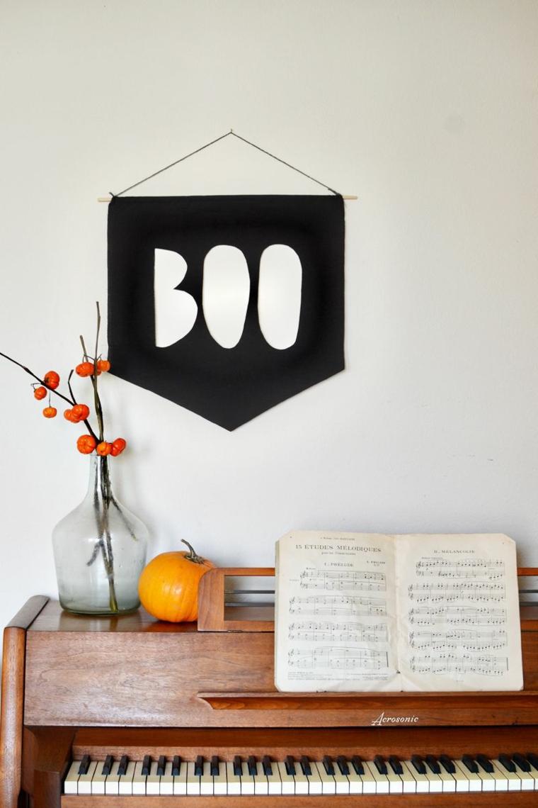 Pianoforte con decorazioni, addobbo con scritta da appendere, vaso con mini zucche