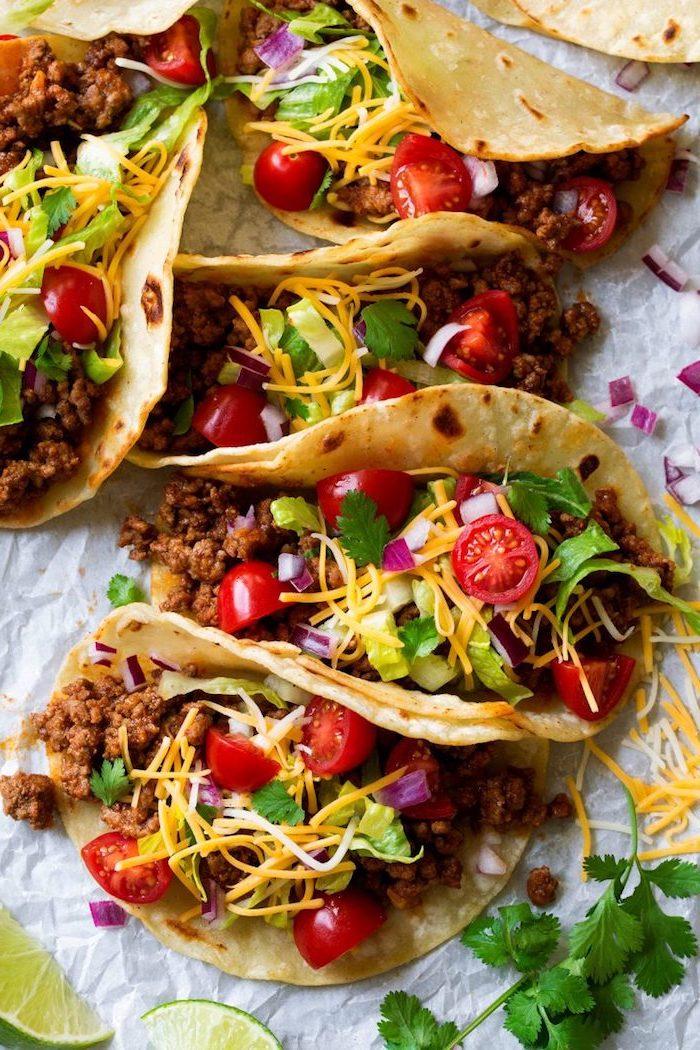 Cena tipica messicana, tortillas con carne, ripieno con pomodorini, formaggio grattugiato