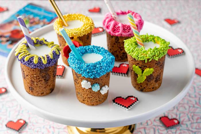 Bicchieri di biscotti, granelli di zucchero, cannucce colorate, piatto con bevande di biscotti