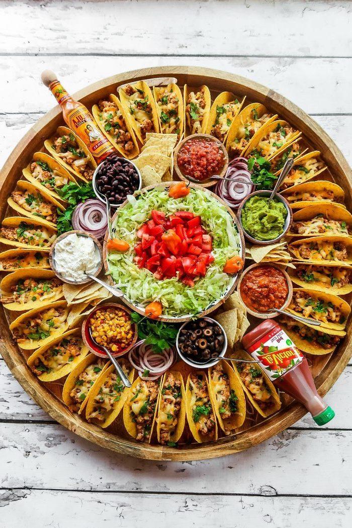 Piatto con tacos, insalata verde con pomodorini, cosa mettere nelle tortillas