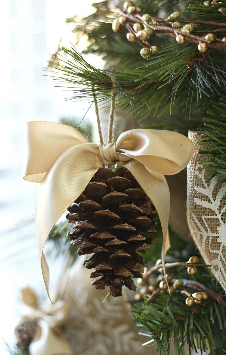 Pigna con fiocco beige, albero di Natale con ghirlande, filo di canapa per appendere