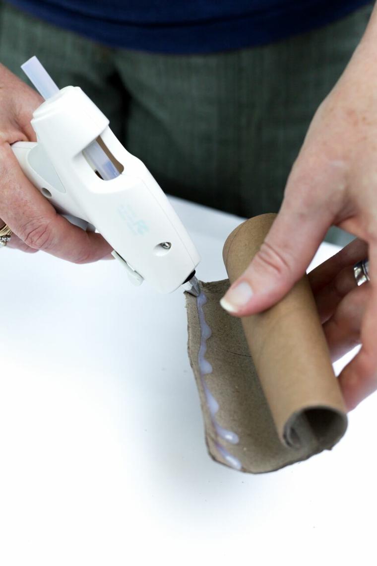 Rotolo di carta igienica, fissare con colla a caldo, tutorial per segnaposto autunnale