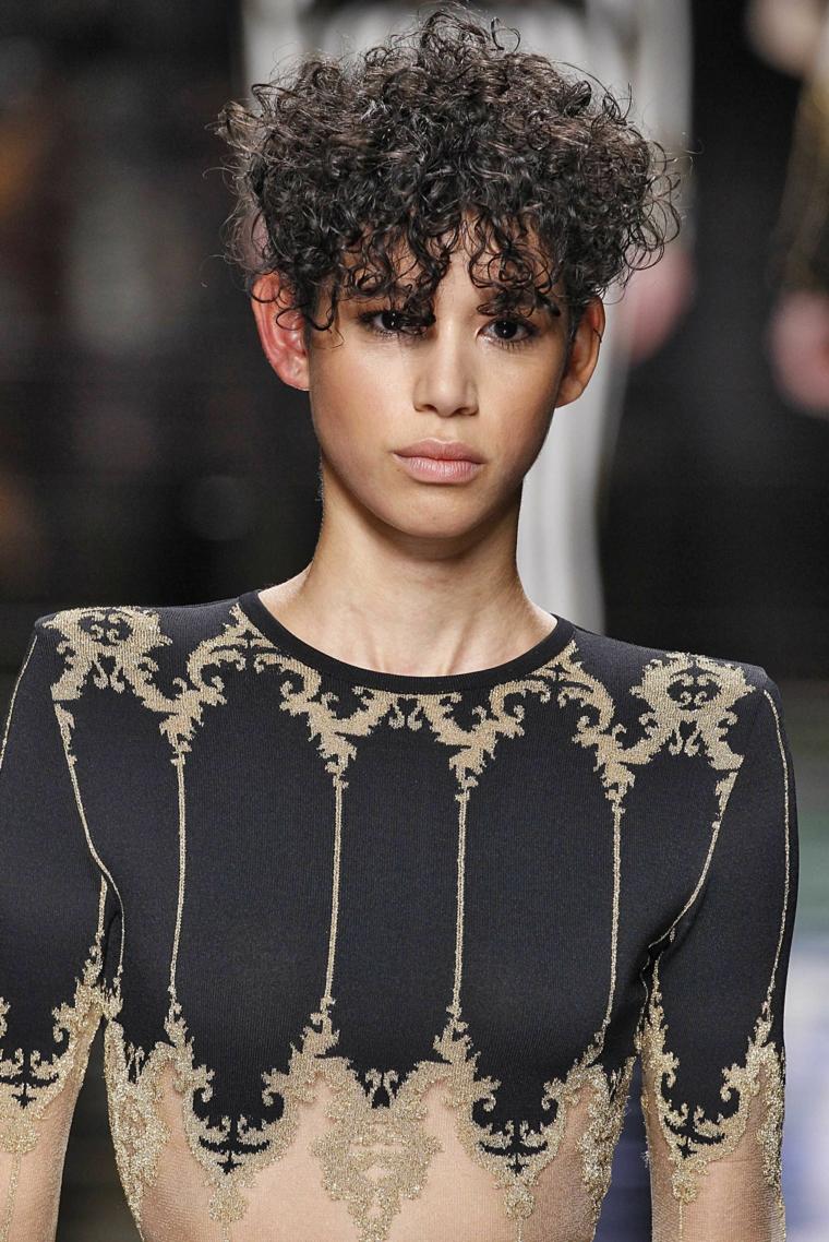 Tagli capelli ricci, pettinatura con frangia riccia, colorazione capelli colore nero