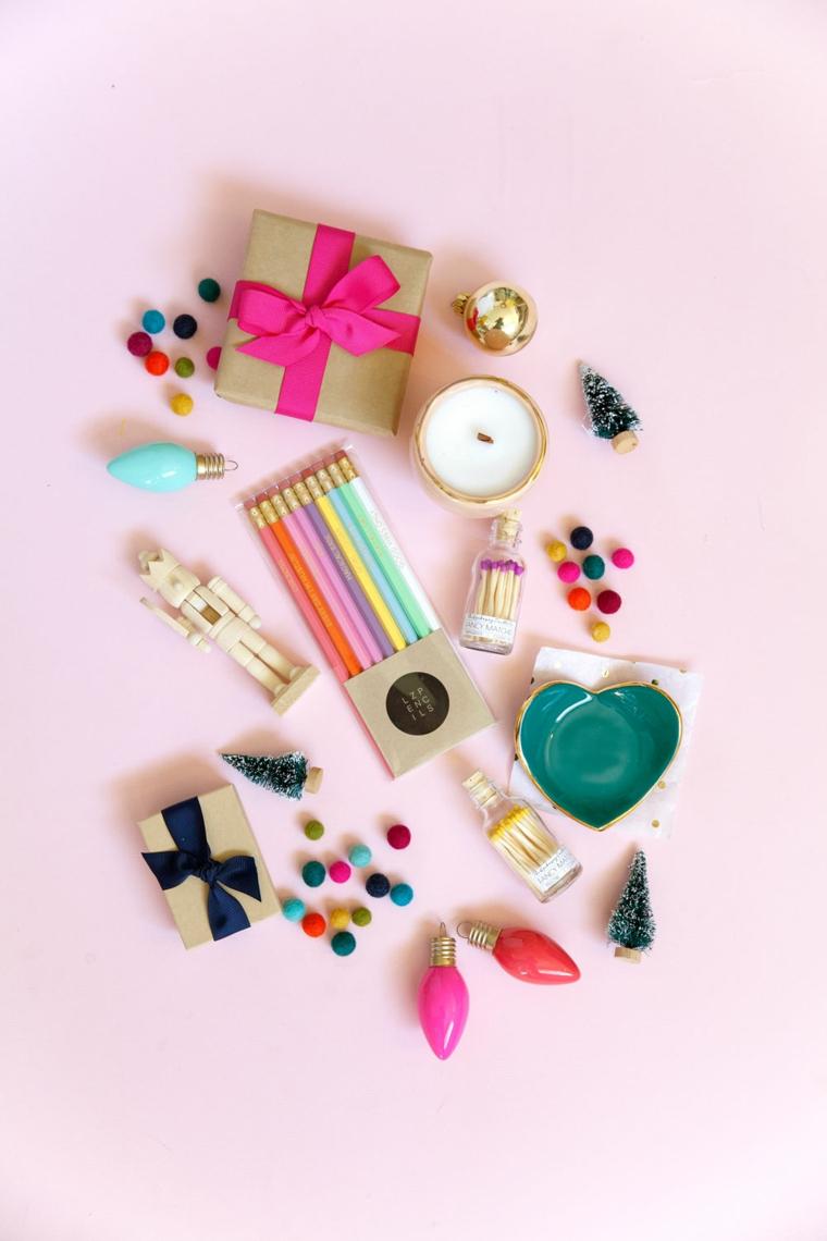 Scatola per regali, matite colorate, lampadine colorate, composizioni natalizie