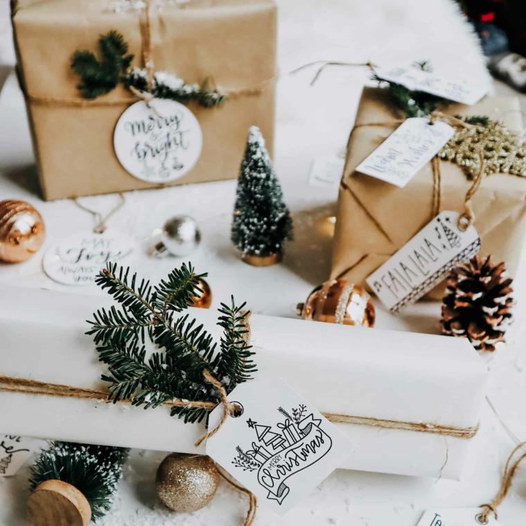 Rametto con filo di canapa, pacchi regalo incartati, bigliettini di Natale con disegni