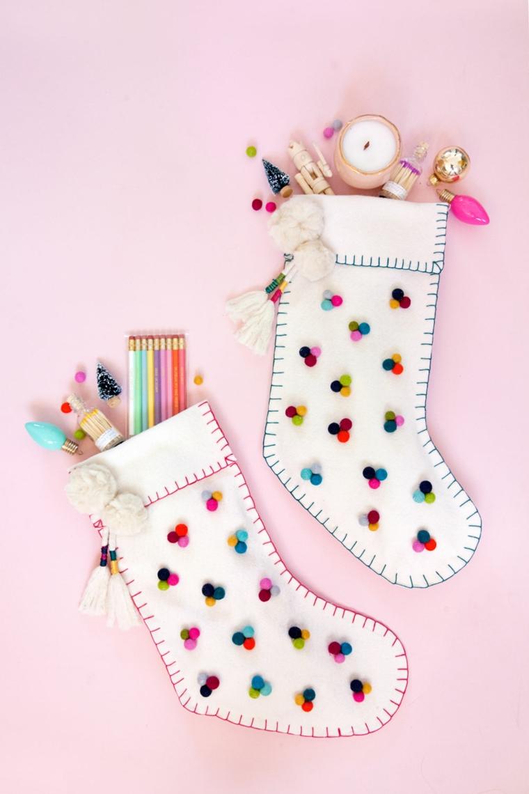 Creazioni di Natale fatte a mano, calza di feltro bianco, calza con pom pom, regalini natalizi