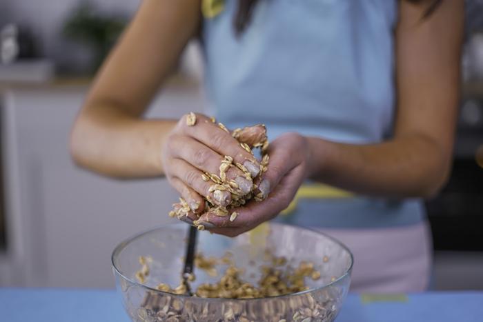 Come fare i biscotti in casa, ciotola con impasto, modellare con le mani, biscotti all'avena