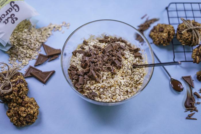 Ciotola con avena, pezzettini di cioccolato, biscotti fiocchi d'avena, come fare i biscotti in casa