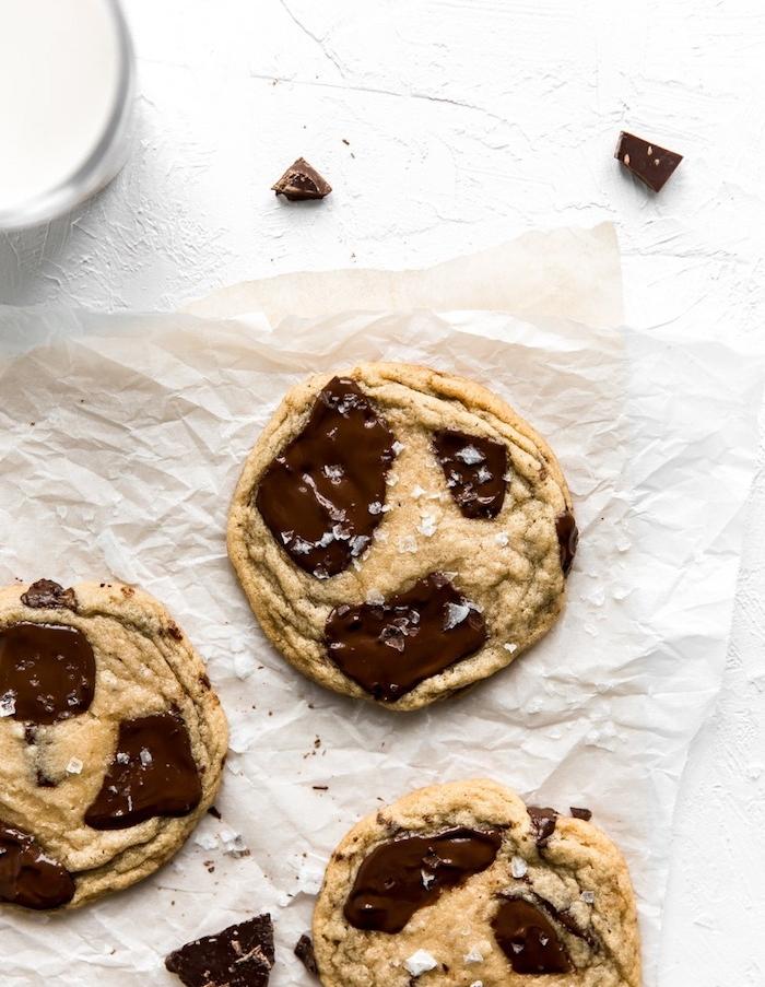 Cookies alla cioccolata, carta da forno, come fare i biscotti in casa, granelli di zucchero