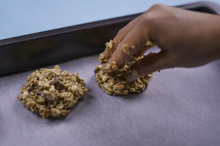 Modellare con le mani, biscotti all'avena, pezzettini di cioccolato, biscotti velocissimi