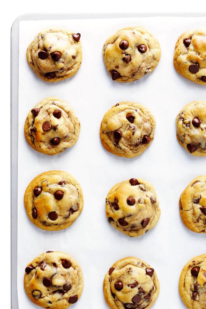Biscotti semplici e veloci da fare in casa, cookies con cioccolato, teglia con carta da forno
