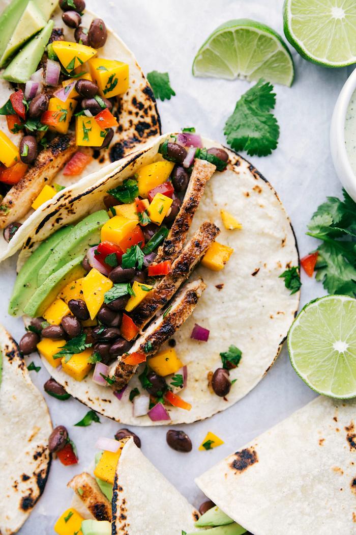 Tacos con filetti di pollo, tortillas con fagioli neri, fettine di lime, tacos ricetta