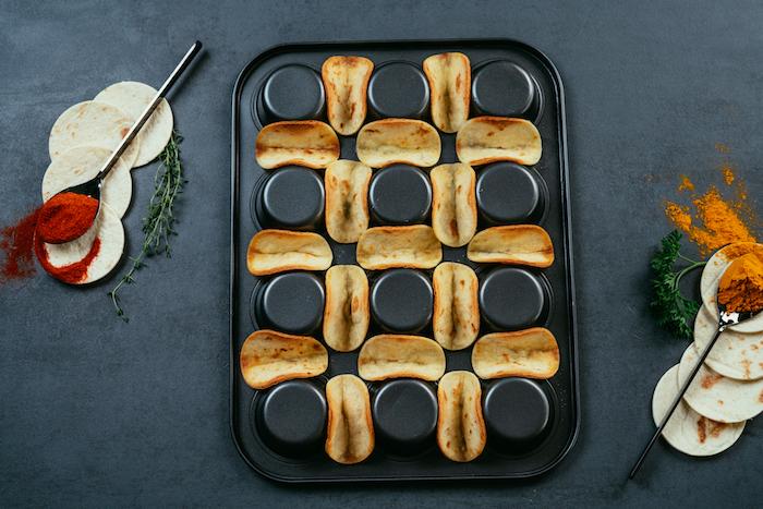 Tacos cotti al forno, cosa mettere nelle tortillas, teglia da muffin rovesciata, cucchiaio con curcuma