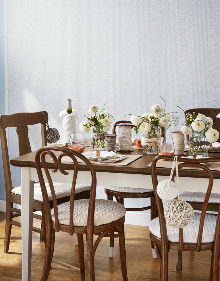 Tavola apparecchiata, centrotavola con vasi, fiori in vasi di vetro