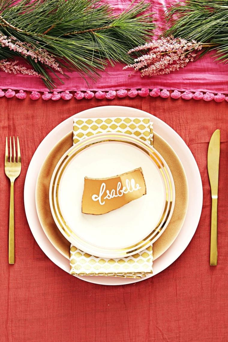Tavola apparecchiata per Natale, centrotavola con rametti, segnaposto con bigliettino