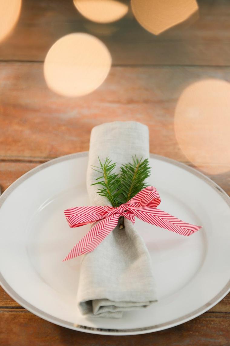 Addobbi di Natale fai da te, segnaposto con rametto, fiocco di colore bianco e rosso