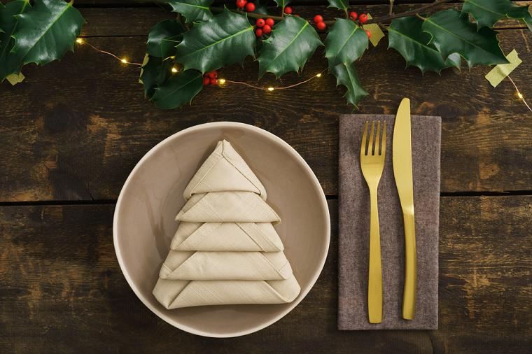 Segnaposto di Natale, tovagliolo piegato a forma di albero, centrotavola con bacche e foglie verdi