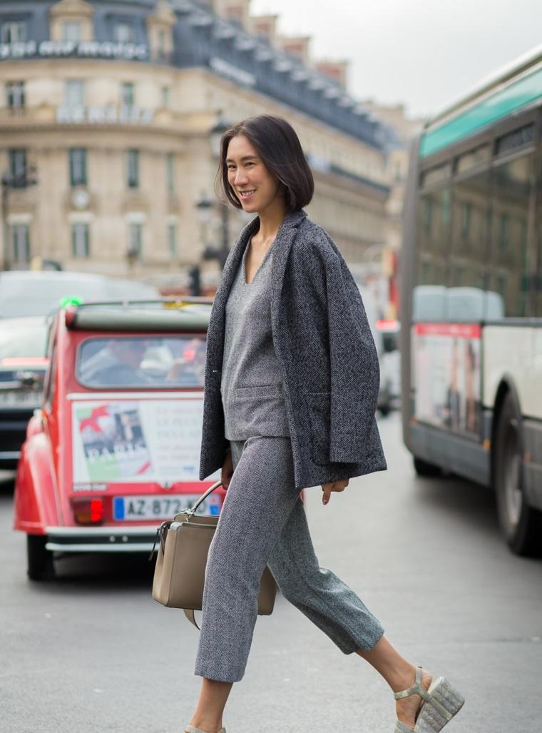 Colori moda inverno 2019, pantalone grigio e giacca, donna che cammina in strada