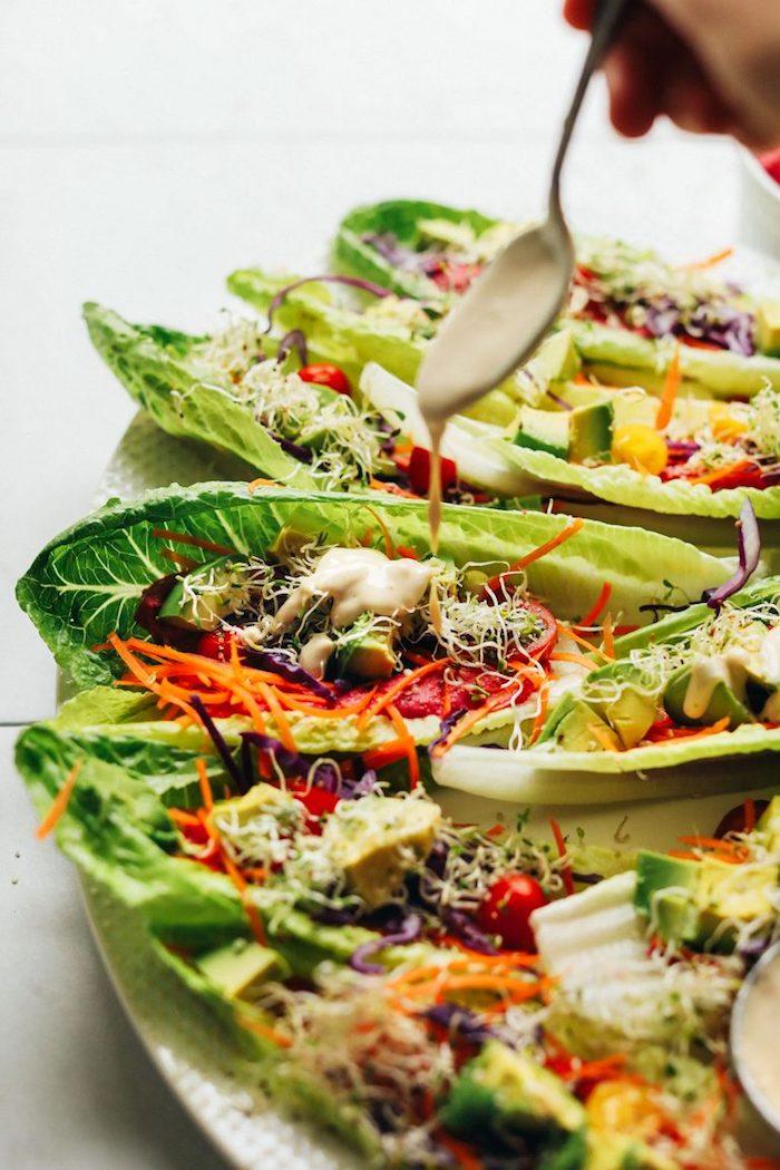 Piatti messicani vegetariani, tacos di foglie di lattuga, cospargere con salsa bianca