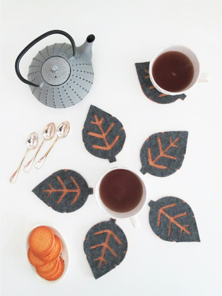 Decorazioni autunnali fai da te, foglie come sottobicchiere, ciotola con biscotti
