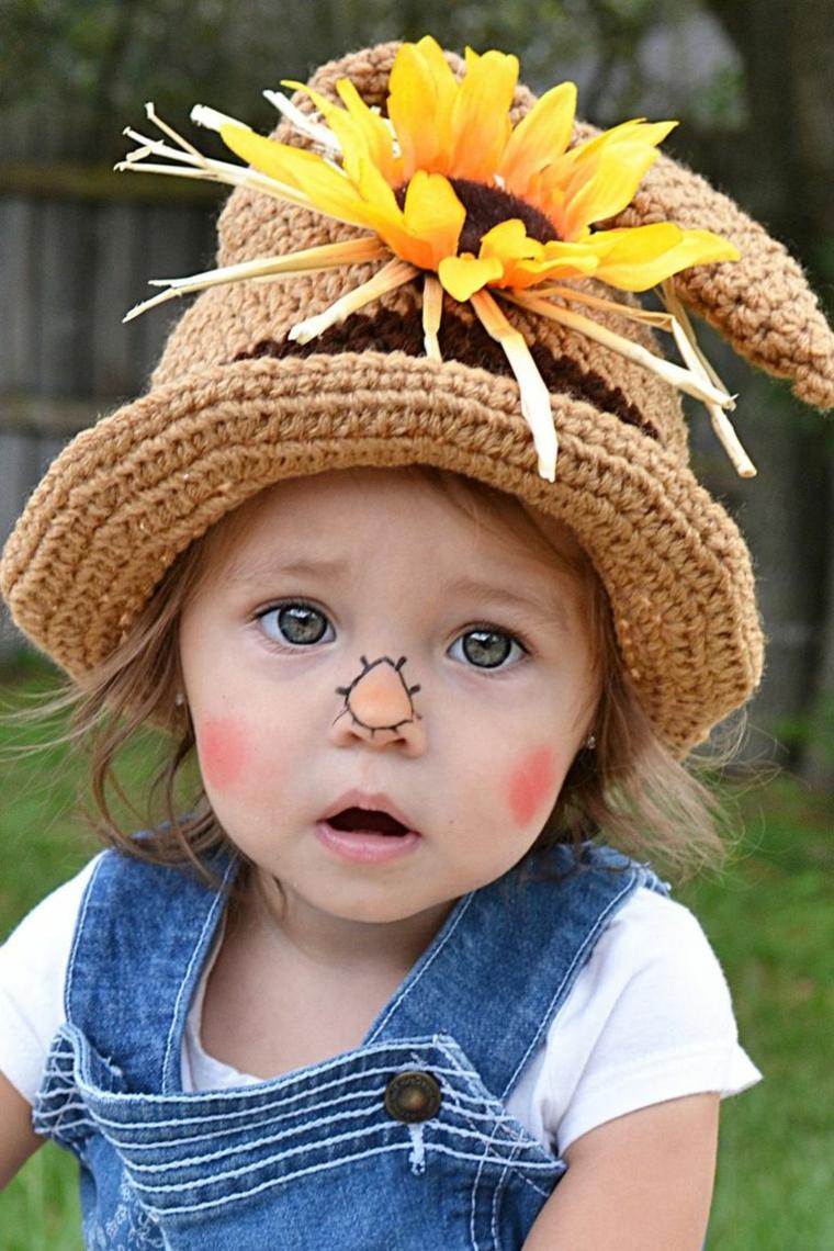 Bimba truccata come spaventapasseri, cappello con girasole, trucco semplice Halloween