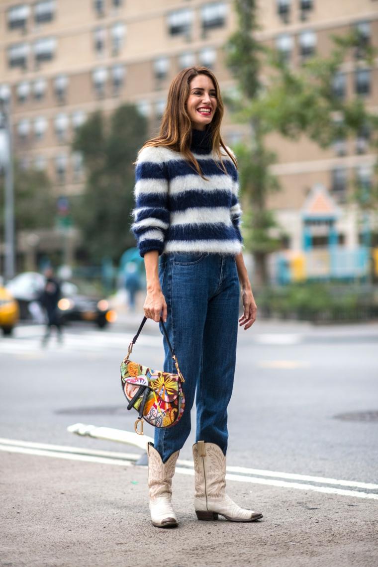 Donna che cammina in strada, abbigliamento casual donna, collezione autunno inverno