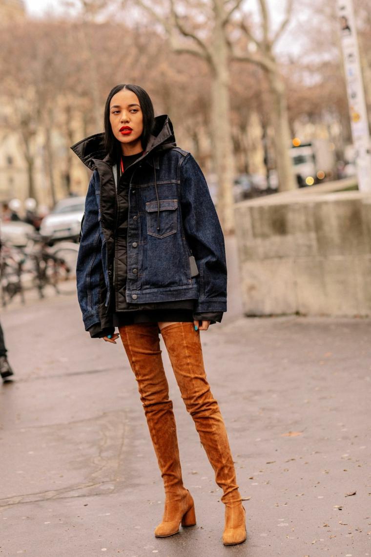 Stivali marroni di velluto, giacca larga in jeans, ragazza con capelli lunghi e lisci
