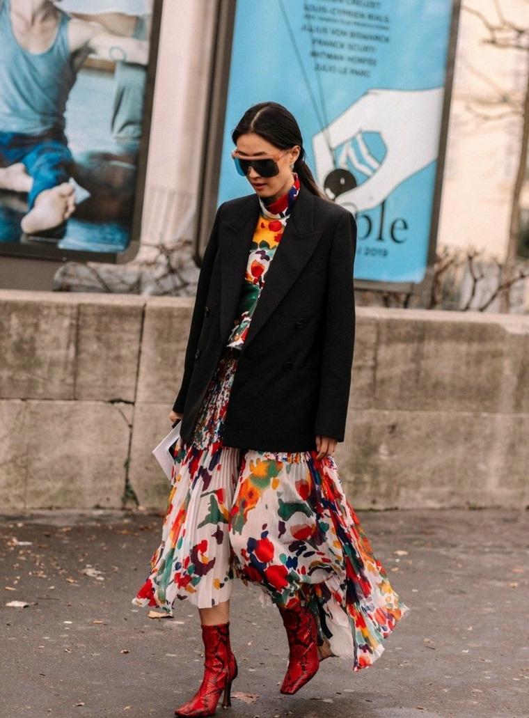 Maxi abito con print floreale, giacca donna colore nero, donna con capelli legati