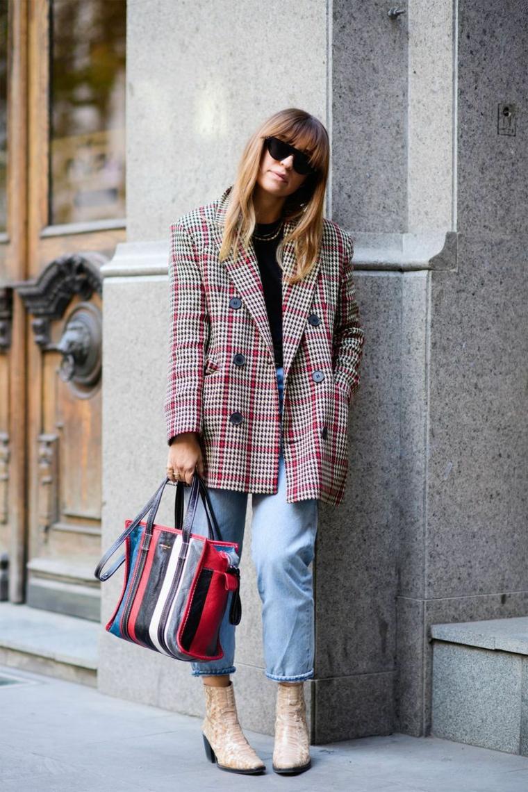 Stivali con tacco, giacca colorata larga, jeans a vita alta, donna con frangia, vestiti autunnali