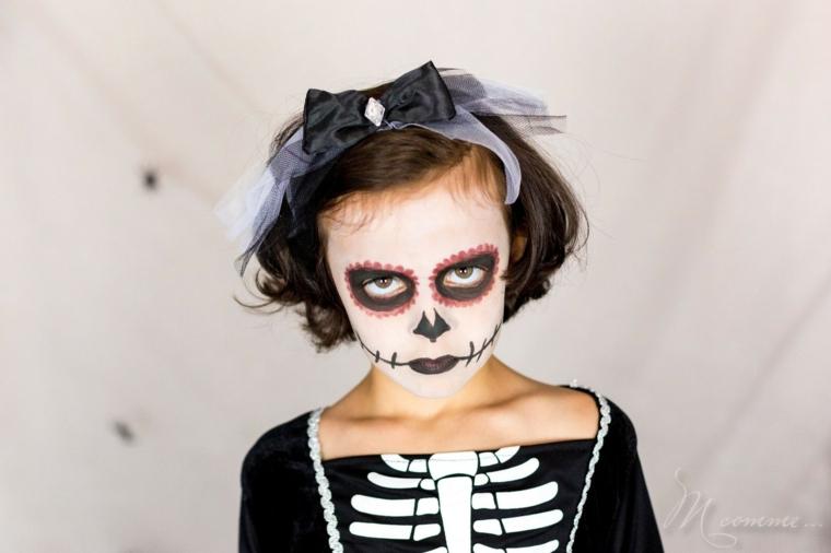 Bimba truccata come sugar skull, trucco con base bianca, trucco scheletro Halloween