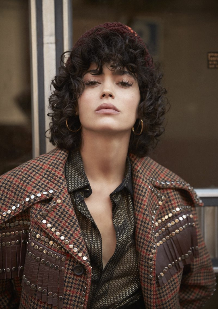 Capelli corti ondulati, taglio corto ricci, donna con orecchini rotondi, capelli con frangia riccia