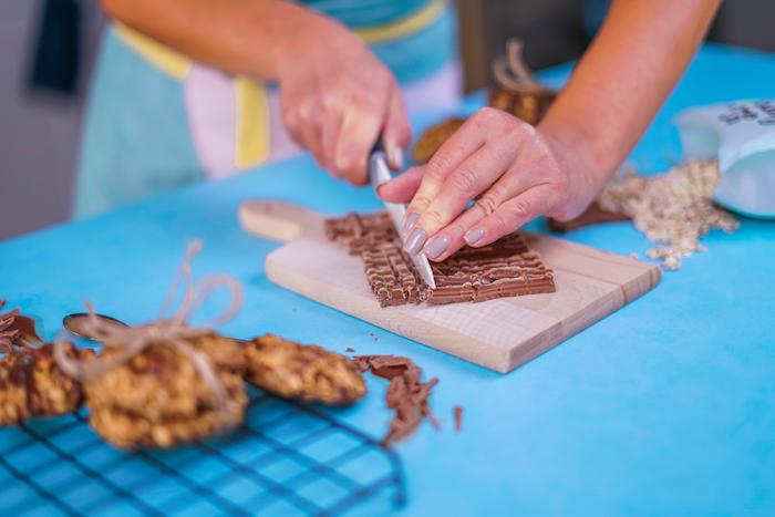 Sminuzzare il cioccolato, tutorial per ricetta biscotti, tagliare con coltello, biscotti velocissimi