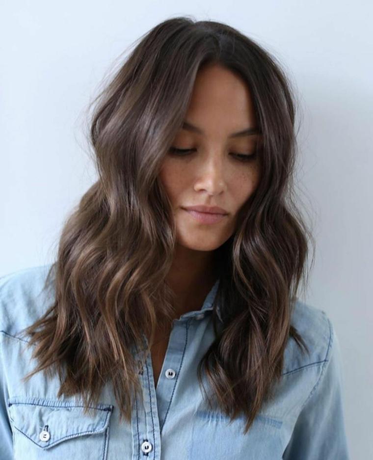 Come tagliare i capelli ricci, taglio capelli long bob, colorazione chioma castana, pettinatura con onde