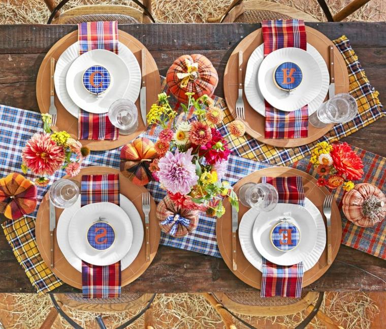 Tavola apparecchiata, decorazioni autunno, vaso di fiori, zucche di stoffa