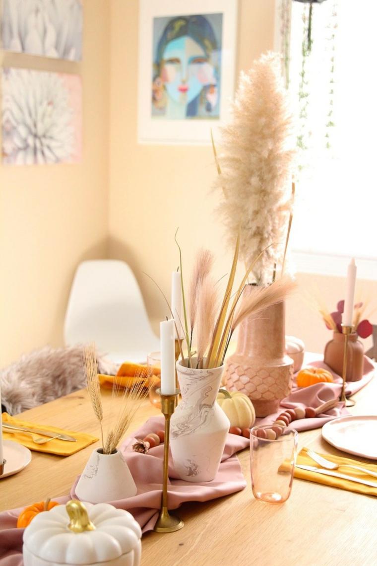 Ciotola forma di zucca, vaso con grano, tavola apparecchiata, tavolo di legno