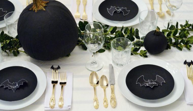 Tavolo apparecchiato per Halloween, centrotavola con zucca, zucche verniciate di nero
