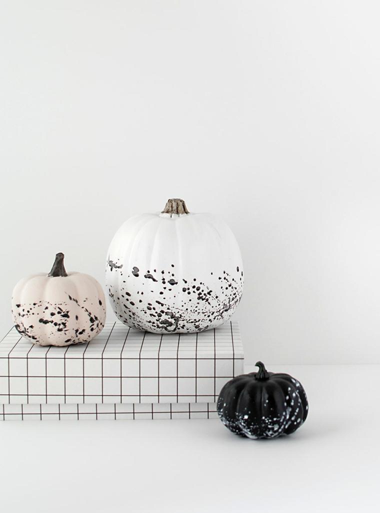 Zucca dipinta di colore bianco, schizzi di vernice su zucche, addobbi semplici per Halloween