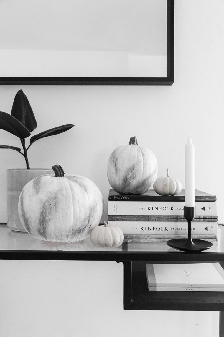 Addobbi Halloween fai da te, zucche dipinte di bianco, mobile con superficie di vetro