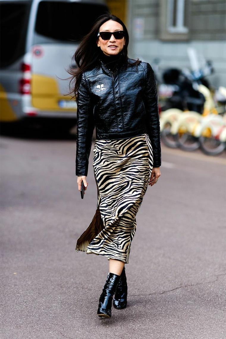 Stivaletti in pelle lucida, donna che cammina, gonna zebrata con spacco