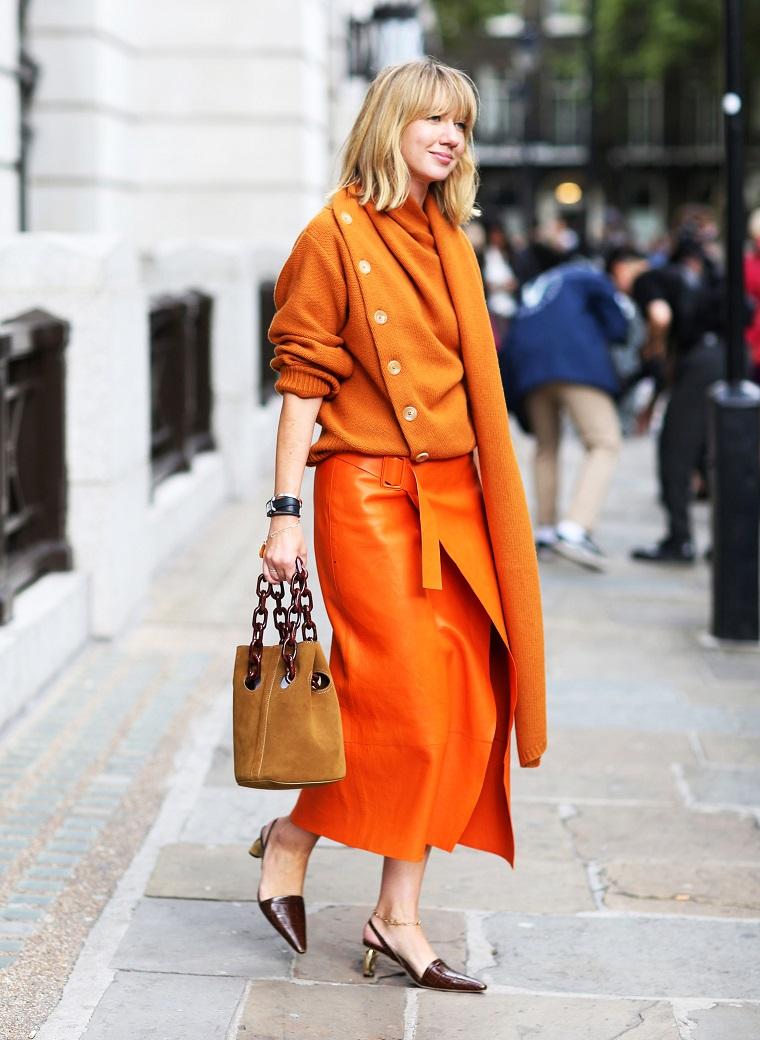 Sfilate autunno inverno 2019, donna con capelli biondi, gonna di pelle, maglione di lana
