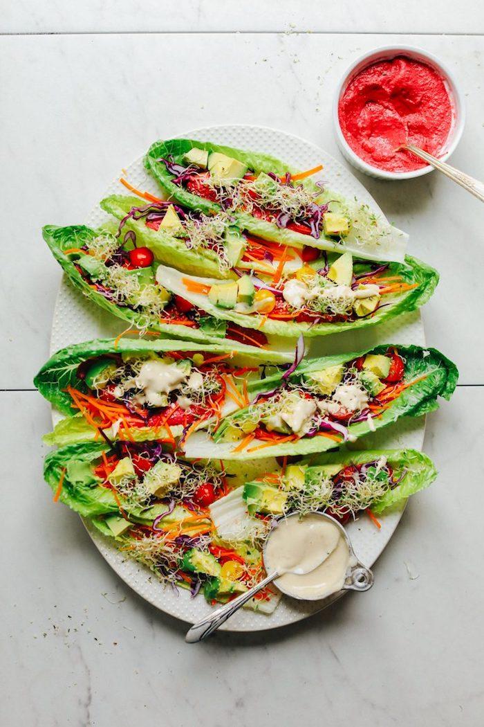 Foglie di lattuga come tacos, tacos messicani, ciotola con salsa rosa, formaggio cheddar grattugiato