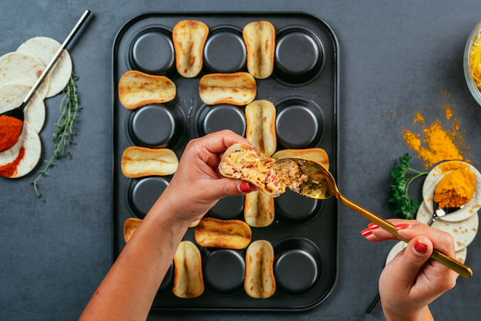Tacos messicani, ripieno con cucchiaio, teglia da muffin al rovescio, mini tortillas con ripieno