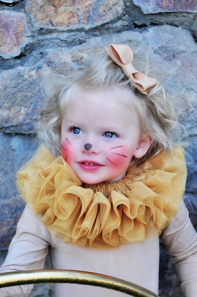 Bimba con capelli ricci, travestimento bimba gattino, trucco Halloween bambina