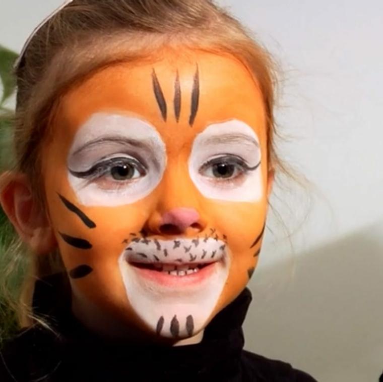 Travestimento bimba da tigre, disegno sul viso, trucchi Halloween facili
